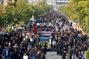 پیاده روی بزرگ اربعین حسینی مردم نجف آباد همراه با اقامه نماز
